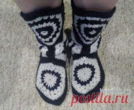 Вязаные теплые носочки крючком. Работа Александры Вязаные теплые носочки. Носочки я вязала крючком из отдельных 6-угольных мотивов. Пряжа - шерсть, двух цветов. Крючок №3,5. Начала вязать носки со стельки. На
