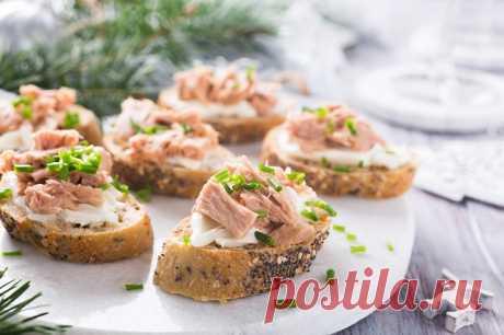 Бутерброды на Новый год: топ-5 оригинальных рецептов Бутерброды – аппетитный и простой в приготовлении вариант праздничной закуски. По традиции в качестве начинки для этого угощения на новогоднем столе хозяйки используют красную икру, шпроты или слабосо…