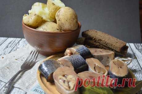 Солим селедку кусками. Из серии: газетка, селедка, картошка.