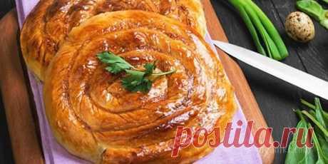 Баница - традиционное болгарское блюдо из теста с начинкой из сыра или творога. Является элементом праздничных застолий на Рождество, Новый год, Пасху.     Баница -  - топленое масло (или растительное), греческий йогурт (натуральный), сыр Фета, яйца, тесто фило*, пищевая сода, , Поместить в миску сыр Фета и измельчить его с помощью вилки. К измельченному сыру добавить 1