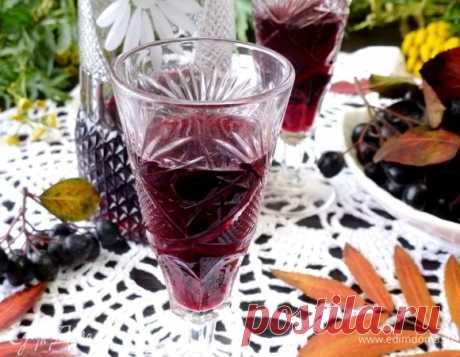 Настойка из черноплодной рябины. Ингредиенты: рябина черноплодная, водка, апельсиновая цедра