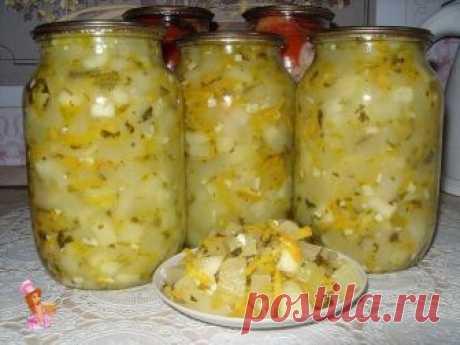 Салат из кабачков на зиму  5 кг очищенных кабачков нарезать квадратиками ,  0,5 кг моркови на крупной терке,  200гр. чеснока измельчить (я добавляю меньше, не очень люблю чеснок),  250 гр. уксуса,  3 ст. ложки соли, 1 стакан сахарного песка, 0,5 л. растительного масла , Пучок петрушки,  укропа покрошить.   Все соединить, поставить на 1 час, потом на огонь, довести до кипения и 10 мин кипятить.  Главное не переварить кабачок.  Как только кабачок поменяет цвет с белого на же...