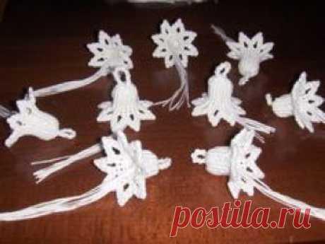 Campanelle a macramé realizzate con fettuccia di cotone. Possono essere utili per decorazioni pasquali, per bomboniere o (se in rosso, oro o argento) per decorazioni natalizie. Tempo occorrente per…