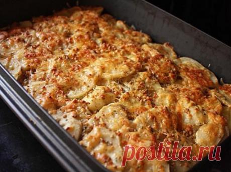 МЯСНАЯ ЗАПЕКАНКА. Любимый рецепт моей мамы. Ни одно торжество не обходилось без этого блюда!  Ингредиенты:  картофель (6шт), фарш свинина+говядина (400г), грибы (100-150г), лук (1шт), сметана (1 стакан), яйцо, чеснок (2 дольки), соль, перец.  Приготовление: 1. Картофель очистить и нарезать тонкими ломтиками. Лук порезать полукольцами. Грибы порезать небольшими кубиками, смешать с фаршем и приправить солью и перцем. 2. Для заправки: сметану смешать с пропущенным через пресс...