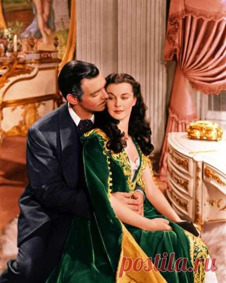 Самые знаменитые зелёные платья в кино Вивьен Ли с Виктором Флемингом в фильме «Унесенные ветром», 1939У театралов есть одно суеверие — не носить в театр наряды зелёного цвета. Пошло оно якобы