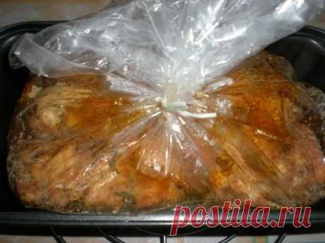 Изумительно красивое и вкусное мраморное мясо в желатиновой оболочке. Просто и эффектно    Мясо прекрасно держит форму и очень красиво выглядит на праздничном столе!          Ингредиенты: Куриное филе – 700 гЖелатин быстрорастворимый – 30 гПаприка сладкая (молотая) – 1 ст.л.Чеснок – 3-4 …