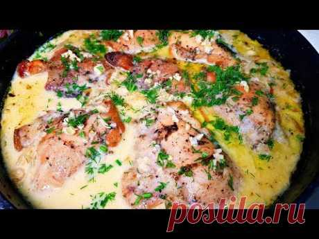 блюдо из КУРИЦЫ.  Ужин за 20 минут?курица - 1.5 кг. соль, перец - по вкусу приправа к курице - 1 ст.л. масло для жарки + 2 ст.л. для маринада лук - 2 шт. сметана - 150 мл. хмели-сунели - по вкусу