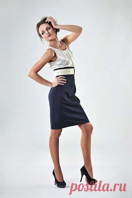 платье из тканей двух видов, отрезное под грудь, верхняя часть из молочного цвета атласа, нижняя - скроенная по фигуре из костюмной ткани -стрейч. незаменимо для офиса! Артикул: 002-пл105 р-р 42- 44  состав: полиэстер 95% эластан 5%