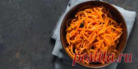 12 салатов с корейской морковью, которые первыми исчезают со стола Настя Радужная. 18 декабря 2020. Если вам и придётся потрудиться, то не больше 10–15 минут. Есть необычные и сытные варианты с курицей, колбасой, кальмарами, печенью, кукурузой, грибами и даже апельсином. 1. Салат с корейской морковью и кукурузой. Время приготовления: 10 минут. Ингредиенты. 100 г копчёного или варёного куриного окорочка; 200 г консервированной кукурузы; 300 г корейской моркови; укроп — по в...