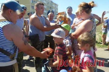Десантники Темрюка занялись благотворительностью вместо дебоширства В День ВДВ темрюкские десантники раздали подарки детям из многодетных семей и поздравили жителей города со своим праздником
