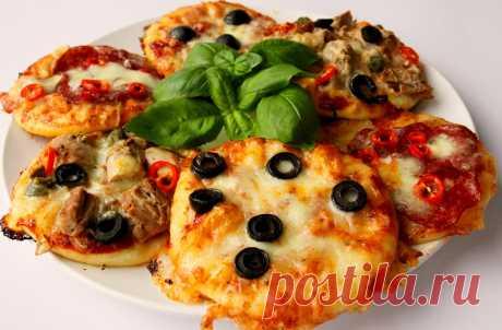 Греческие мини-пиццы Греческие мини-пиццы Маленькие порционные пиццы с помидорами, сыром и оливками. Ингредиенты    Сырные палочки 2 шт   замороженный шпинат 150 г   фета 100 г   чеснок 1 зубчик   пита 2 шт   томатное пюре 6 ст. л.   красный лук по вкусу   черные оливки 6-8 шт   помидор 1 шт   сушеный орегано 1 щепотка         Способ приготовления     Время готовки 30 мин Количество персон 2 чел Уровень сложности Легко Кухня Греческая    Разогрейте духовку до 190 градусов...
