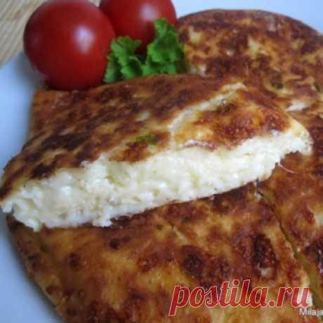 ОЧЕНЬ ВКУСНЫЕ ТВОРОЖЕНО-СЫРНЫЕ ОЛАДЬИ (ЛЕНИВЫЕ ХАЧАПУРИ)  Нужно:сыр твердый - 200 гр.творог - 200 гряйца - 2 шт.мука - 2 ст.л.разрыхлитель - 2 ч. ложкисольпучок любой зелени Приготовление:  Яйца растираем с творогом Натираем на средней терке сыр и добавляем…