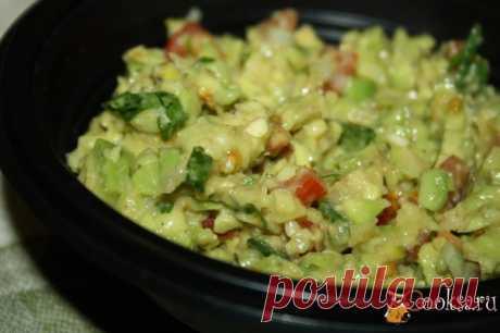 Гуакамоле с фисташками Гуакамоле с фисташками - прекрасный мексиканский соус-закуска. Его подают и как соус к различным блюдам, например, к кесадилье, эмпанадас и другим, так и в качестве закуски с кукурузными чипсами начос или кусочками нарезанной и подсушенной тортильи. Авокадо, обязательно, должен быть спелым!