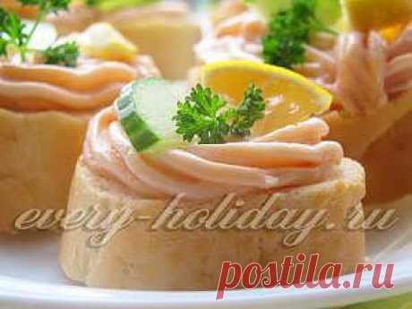 Праздничные бутерброды с пастой из красной рыбы.