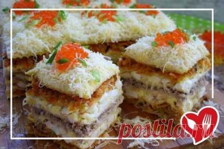 Закусочный рыбный торт                  Из готовых вафельных коржей можно приготовить вкусный рыбный пирог. Ингредиенты Вафельные коржи  - 6 шт Сардина в масле  - 240 г Морковь  - 2 шт Лук репчатый  - 2 шт Яйцо куриное  - 6 шт Майонез  - 100 г Растительное масло  - 3 ст.л Твердый сыр  - 100 г Икра красная  - 3 ст.л Соль - по вкусу Черный молотый перец - по вкусу Приготовление: 1. Овощи очистить, яйца сварить вкрутую и остудить. 2. Сотейник или сковородку разогреть с растительн