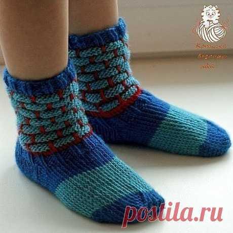 """Детские носки спицами   Детские носки связаны спицами из теплой и мягкой пряжи. Оригинальный узор с вытянутыми петлями делает их нарядными и необычными.  Размер: на 2,5 - 3 года (длина стопы 14 - 14,5 см)  Материалы и инструменты: пряжа Alize Baby Wool (40% шерсть, 20% бамбук, 40% акрил, 175 м / 50 г) трех цветов - синего, красного и голубого чулочные спицы №1 - 1,5  Наберите на 4 спицы 48 петель синей пряжей и свяжите 10 рядов резинкой 2х2. Обрежьте нить, оставив """"хвостик..."""