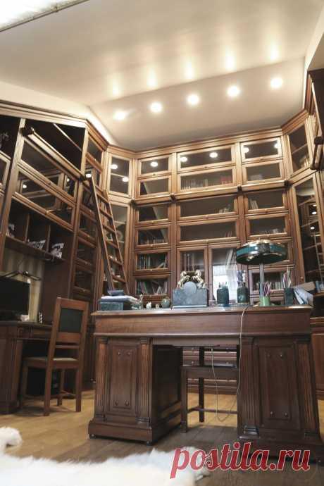 Интерьер частного жилого дома. Кабинет хозяина с библиотекой.