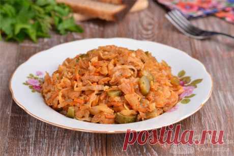 Солянка из свежей капусты со свининой.  Готовим вкуснейшую солянку (не суп) из свежей капусты, свинины, репчатого лука, моркови, соленых огурцов и кетчупа с добавлением огуречного рассола, сладкой паприки, лаврового листа, укропа и чеснока. Солянка получается сытной, ароматной и отлично подход в качестве холодной закуски или с гарниром в качестве основного блюда.