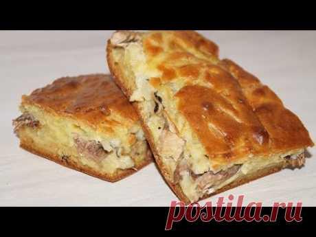 Заливной пирог с консервированной рыбой, картошкой и луком.