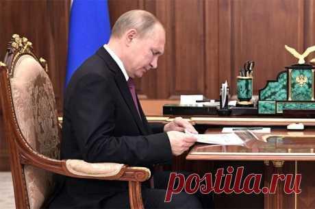 Какие законы подписал Владимир Путин? В понедельник глава государства подписал ряд знаковых и резонансных законов, ранее принятых Госдумой и одобренных Советом Федерации.