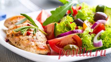 С чем сочетать куриную грудку: 6 простых и вкусных идей  1. Тушеная грудка + болгарский перец 2. Куриная грудка + гречка + помидорки 3. Куриная грудка + овощной салат (морковь + брокколи + сладкий перец + лук) 4. Грудка + морковь 5. Куриная грудка + ржаной хлебец + сыр 6. Грудка + винегрет