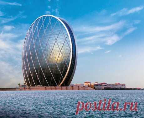 Головной офис компании AlDar (Абу-Даби, ОАЭ). Первый в мире небоскрёб в форме круга был спроектирован архитекторами из студии MZ Architects. Высота круга 110 метров. Высота всего 23 этажа. Это одно из первых экологически безвредных офисных строений в Абу-Даби. Здание построено из пригодных для повторного использования материалов, в нем предусмотрено максимально эффективное природное освещение, а также подземная автоматическая вакуумная система сбора мусора.