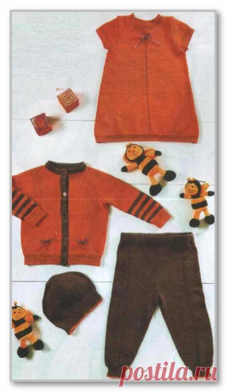 Вязание детям спицами. Фотогалерея моделей для детей от 0 до 3 лет. Двухцветный комплект: платье, шапочка, кофточка и штанишки. Размеры: от 3 мес. до 2 лет