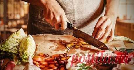 16 кулинарных хитростей от домохозяек 1. К смеси творога яйца муки для сырников добавить немного растительного масла. Они получаются пышнее и вкуснее . 2. Шкурки с сала хорошо добавить при варке холодца из любого мяса( при разделке мяса срезть и заморозить). Холодец получается густой в шкурке много желирующих веществ. 3. Секрет борща: свеклу для борща нужно почистить и варить целиком в бульоне все время пока варится бульон. Затем мясо и свеклу вынуть, бульон процедить и варить борщ как обычно