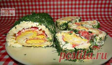 Рулет из плавленого сыра с салями и яйцами