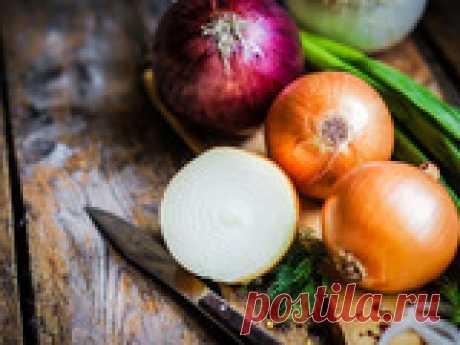 От чего зависит степень остроты лука? Современную кулинарию просто невозможно представить без лука – его добавляют в самые разнообразные блюда различных кухонь мира. При этом ни для кого не секрет, что этот полезный и в то же время такой привычный для всех нас овощ может похвастаться великим множеством оттенков вкуса! От чего же именно зависят вкус лука и степень его остроты, и можно ли как-то влиять на них самостоятельно?