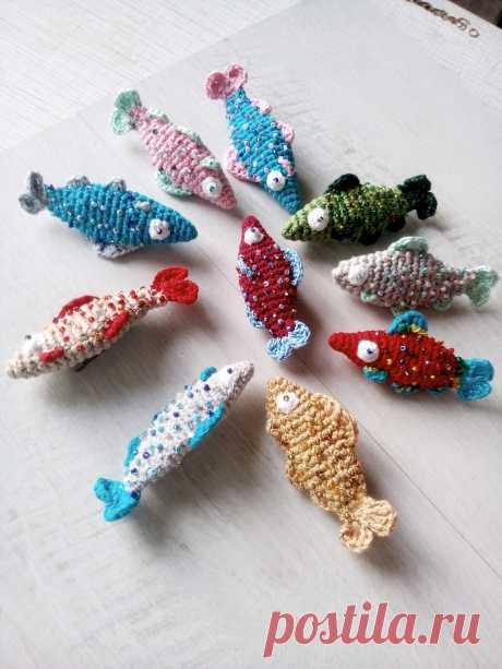 Броши-рыбки. Связаны из хлопка. Размер 4-5 см. Выполню в разном цвете.