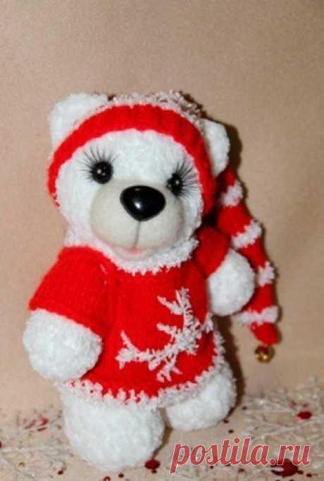 Новогодний мишка!   Плюшевый медвежонок, мягкий и пушистый, который поднимет настроение и детям и взрослым! https://kruchcom.ru/archives/11269#more-11269   #ОписанияИгрушек_мишки #амигуруми #крючок