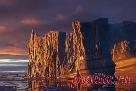 Заходящее солнце мягким светом окутало гренландский айсберг. Фотограф – Надежда: Спокойной ночи.