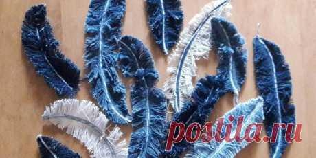 Оригинальные украшения: перья из остатков джинсовой ткани. Пошаговый мастер-класс с фото Не знаете, что сделать из обрезков ткани? Пошаговка с фото ниже подскажет, куда применить остатки. Итак, смотрим, как сделать украшения из джинсов!