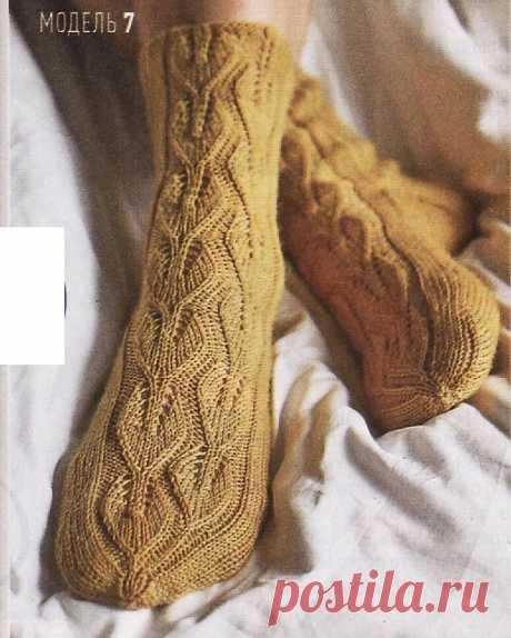 Носки спицами с узором из листиков