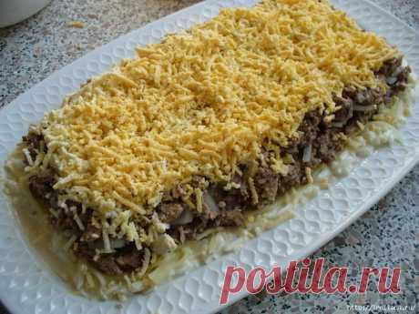 La ensalada hojaldrada con las setas fritas, los huevos y el queso