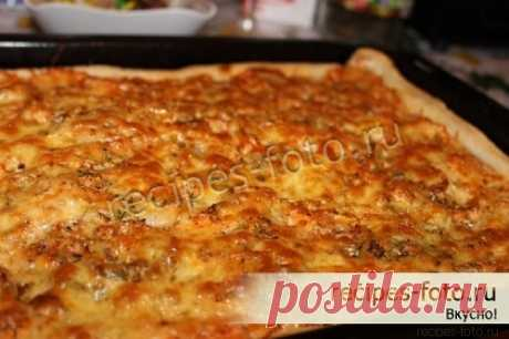 Pizza on puff pastry in an oven with sausage the step-by-step recipe
