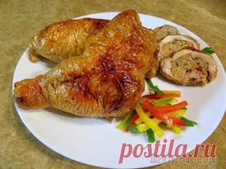 Фаршированные окорочка Ингредиенты: куриные окорочка 4 шт  фарш (свинина) 400 гр  яйцо 1 шт  лук 1 шт  сладкий перец 1 шт  батон 1\3 (150 гр)  для маринада:  зелень петрушки  паприка 1 ч.лож  орегано 1 ч.лож  соль, черный перец 1\2 ч.лож  растительное масло 1 ст.лож  для глазури:  мёд 1 ст.лож  соевый соус 1 ст.лож