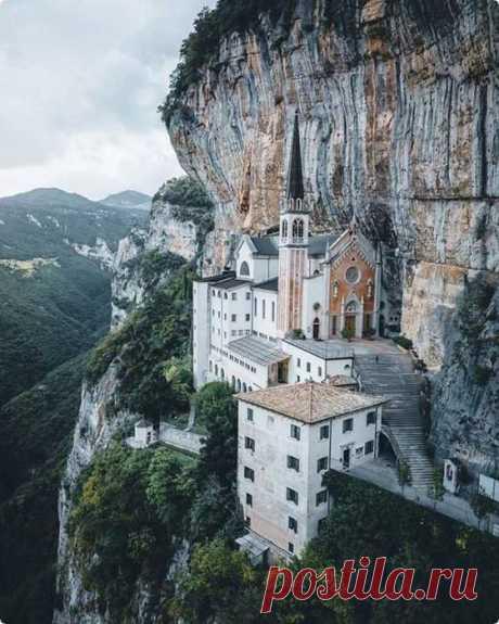 Церковь в скале, Италия: Святилище Богоматери в короне