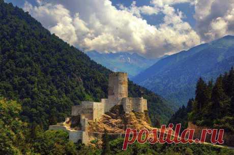 Զիլ Բերդ Համշեն/ Zil Fortress Hamshen  Զիլ (Հզոր) ամրոցը Փոքր Հայքի Խաղտիք (Համշեն) գավառում;Զիլքալե կամ Զիլ ամրոց տանող ճանաապարհը ձգվում է Ֆըրթընա գետի կիրճով՝ բարձրաբերձ ու սաղարթախիտ լեռների լարջերով: Ցնցող ու տպավորիչ էր Զիլքալեի ձորը, փրփրաբաշ Ֆըրթընա գետն ու անձեռակերտ ամրոցը: Այցելուների պակաս չունի այս հրաշակերտը: Զբոսաշրջիկներ, որքան ասես: Զիլ ամրոցը կառուցվել է 14-15-րդ դարերում՝ պատմական Համշենի տարածքում։ Զիլ ամրոցը կազմված է արտաքին պատերից, միջնապատերից և ներքին դղյակից,