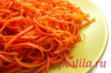 Дни напролет искал именно этот рецепт моркови по-корейски: самый быстрый и самый лучший вариант. Готовлю такую закуску и на праздничный стол, и в будние дни. Морковь по-корейски — вовсе не традиционное корейское блюдо, ее придумали корейские эмигранты на основе пряного салата из пекинской капусты — кимчхи. Так как в СССР необходимую по рецепту пекинскую капусту было сложно достать, то в блюдо стали добавлять морковь, которая со временем полностью вытеснила капусту.