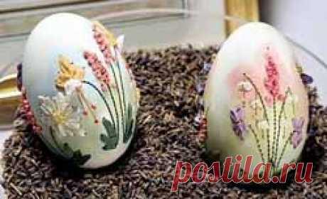 Поэзия на яйце от Элизабет Кляйн. Работы Элизабет Кляйн называют вышитыми Фаберже – такая роскошь и изящество во всем. Можно только представить, какая это тонкая и ювелирнейшая работа. А какой должна быть рука художницы? Такой легкой и точной. Смотрите работы Элизабет Кляйн – вышивки на яичной скорлупе.