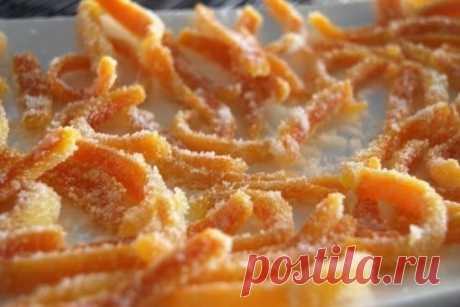 Зачем же вы выбрасываете апельсиновую цедру?! Там же столько витаминов!  Приготовьте цукаты! АПЕЛЬСИНОВЫЕ ЦУКАТЫ Ингредиенты: - Апельсины — 4 шт. - Сахар — 2, 5 стакана - Вода — 2 стакана Приготовление: 1. Тщательно промойте апельсины. Срежьте место крепления черенка и  верхушку, сделайте несколько вертикальных надрезов и снимите кожуру.  Удалите внутреннюю белую часть, нарежьте кожуру полосками.  2. Замочите кожуру в холодной воде на 2 часа. 3. На слабом огне нагрейте 2 стакана воды с саха