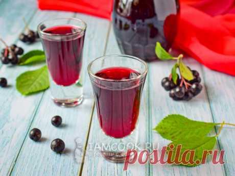 Настойка из черноплодной рябины с вишневыми листьями — рецепт с фото Сложить в банку ягоды, листья и сахар. Залить водкой и настоять 3 недели. Получаем ароматную настойку с красивым цветом.