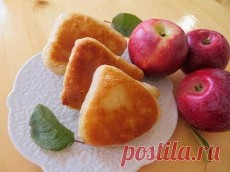 Нанесите на тесто яблочное пюре для большей слоености / Слойки на сковороде