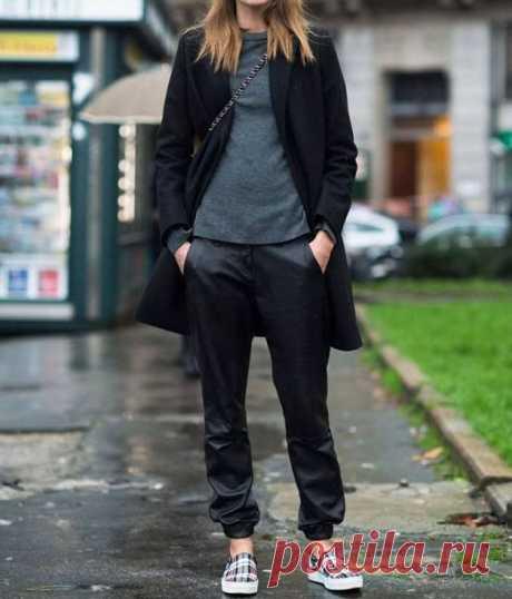 С чем носить женские джоггеры - фото модных штанов с карманами. Даже если вам кажется, что вы понятия не имеете, что такое джоггеры, не стоит торопиться с выводами. Наверняка они попросту поселились у вас в гардеробе под именем штанов или спортивок. Особенность данного фасона заключается в свободном покрое с сужением в нижней части. Отличительной чертой также может быть широкая резинка в области пояса или манжетов.