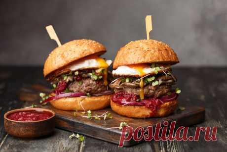 Греческий кулинар Акис Петрецкис побил мировой рекорд Гиннесса, когда за один час приготовил 3378 гамбургеров