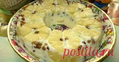Десерт «Старая Рига» » Воздушный творожный десерт «Старая Рига». Готовится проще простого! Обратите внимание на воздушный десерт «Старая Рига», который невероятно просто сделать. Не все жители Риги слышали о нём, но некоторые уже давно готовят его с удовольствием. Десерт получается очень нежным. Продукты: 1. Творог — 400 гр. 2. Сметана — 200 гр. 3. Банка ананасов — 1 шт. 4. Ананасовый сок — 0,5 л 5. Желатин — 25-30 гр. 6. Сгущенное молоко — 1/2 банки 7. Ванилин — по вкусу ...