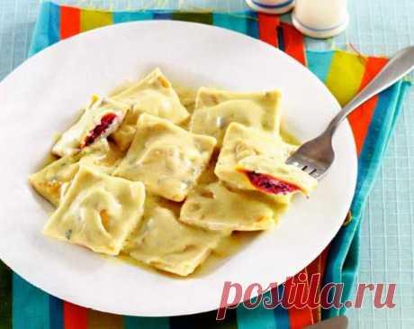 Рецепт Итальянские равиоли со свеклой в соусе из горгонзолы в домашних условиях