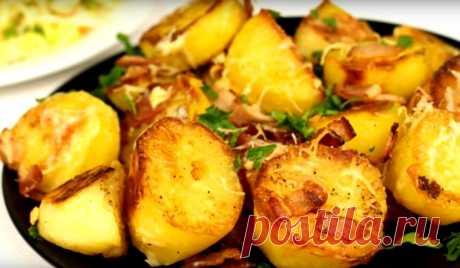 Запечённый картофель с сыром и беконом: невозможно оторваться Отличный гарнир к любому блюду: запеченный картофель с сыром и беконом! Он превосходно подойдет и к рыбе (соленой или жареной), и к мясу (запеченному, например)! А если рядом поставить ещё и квашеную хрустящую капусту, политую душистым маслицем! Слов нет: одно восхищение!